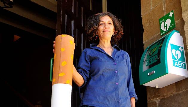 Foto de Maribel Tena, con el contenedor de cigarrillos y chicles.