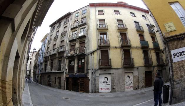 Chaflán de la calle Jarauta. De los dos edificios que hacen esquina, es el de la izquierda el ocupado y que genera problemas.