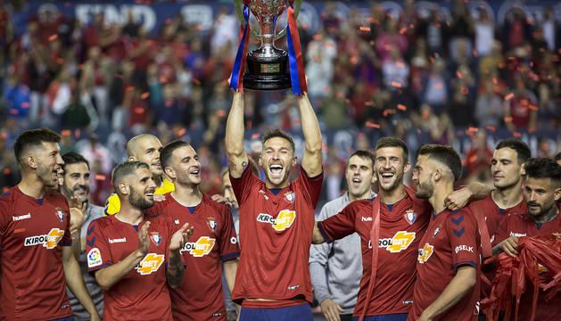 Xisco Jiménez levanta el título de campeón de Segunda rodeado de sus compañeros.