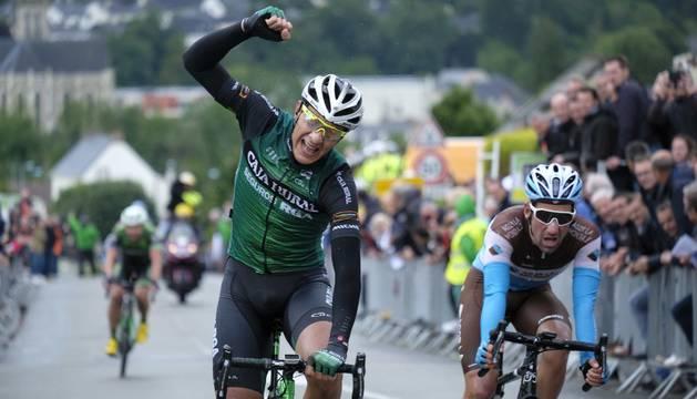 Moreira celebra la victoria en la segunda de la Boucles de Mayenne.