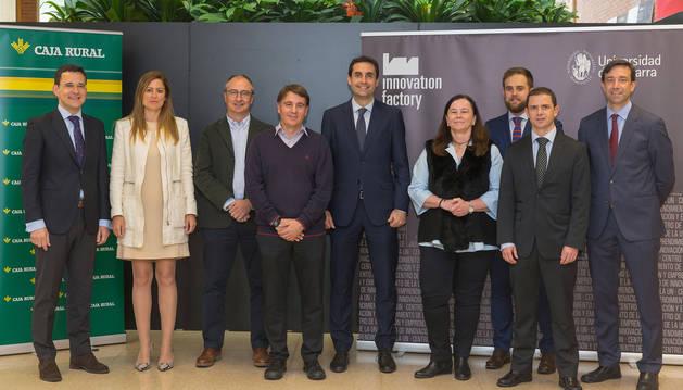 foto de Los premiados, junto a representantes de Caja Rural y la Universidad de Navarra, durante el acto de entrega.