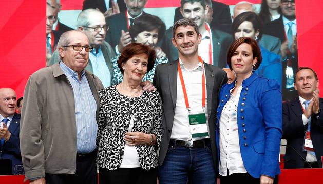 foto de La familia de Undiano Mallenco le arropa en su homenaje
