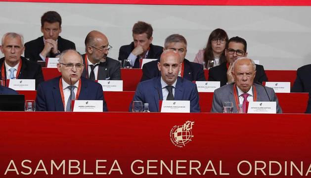 El presidente de la Federación Española de Fútbol (RFEF), Luis Rubiales (c), durante la Asamblea General Ordinaria de la Federación.