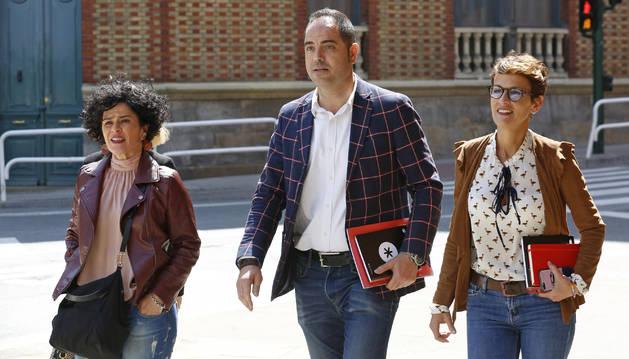 Los socialistas navarros, dirigiéndose a una de las negociaciones en el Parlamento, con Inma Jurío, Ramón Alzórriz y María Chivite.