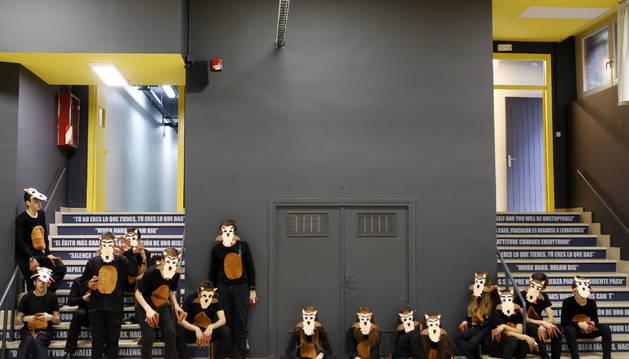 Los alumnos de 2º de ESO son los lobos. Los cursos superiores han trabajado y ayudado a los inferiores: 4º de Primaria, a 1º y 2º de Infantil; 3º de la ESO, a 4º de Primaria.