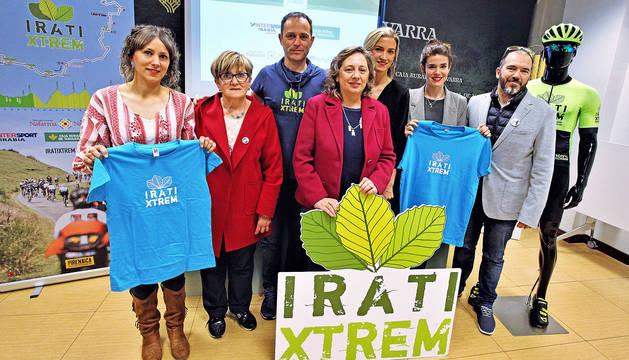 Los organizadores y patrocinadores de la decimotercera edición de la Irati Xtrem posaron en una foto de familia.