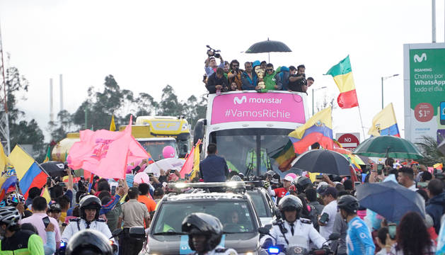 Richard Carapaz, con el trofeo Sinze Fine, es recibido en Quito (Ecuador) por centenares de aficionados tras su victoria en el Giro de Italia.