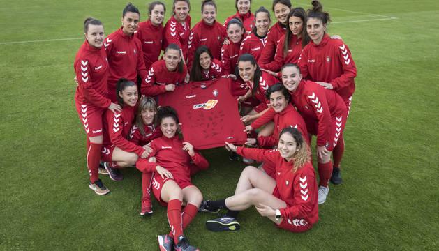 La plantilla de Osasuna Femenino posa antes del último partido liguero que tuvo lugar en Logroño.
