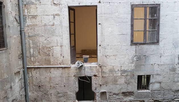 Imagen de una de las puertas sin protección y con riesgo de caída al vacío del patio interior del edificio.