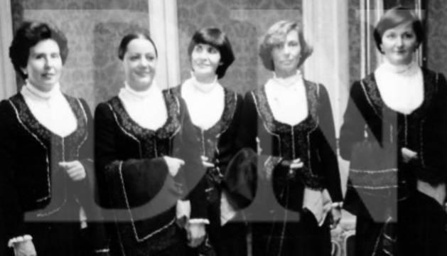 Primeras mujeres concejalas con el traje de roncalesa diseñado para los actos del 7 de julio.
