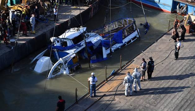 Una grúa saca a flote el barco naufragado en el río Danubio a la altura del puente Margaret en Budapest, Hungría, este martes.