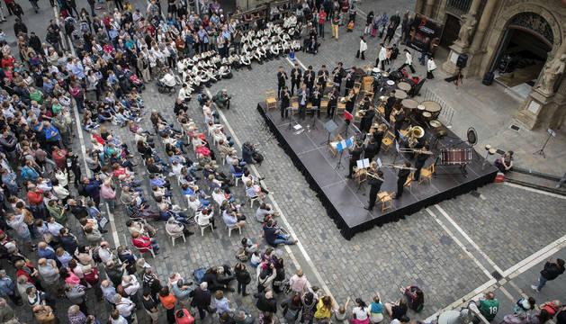 Cientos de personas acudieron este miércoles al primer concierto en la calle en el programa del festival IFOB.