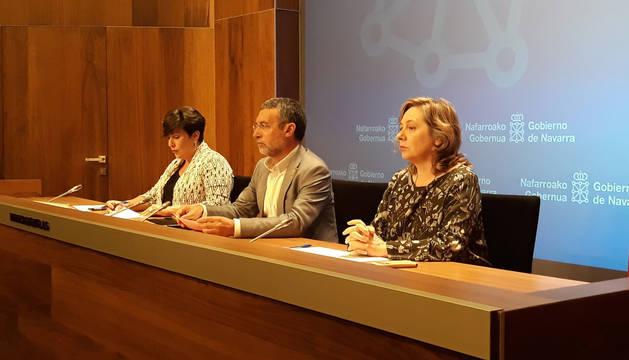 Foto de Isabel Elizalde, a la izquierda, junto al vicepresidente de Derechos Sociales, Miguel Laparra y la portavoz del Gobierno de Navarra, María Solana.