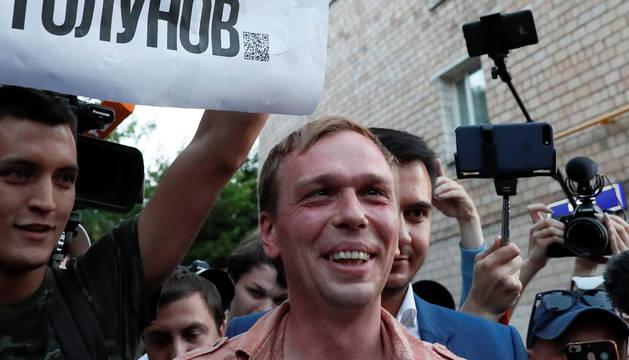 Rusia libera a un periodista detenido tras una inédita movilización social