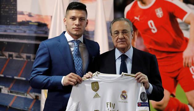 foto de El delantero serbio Luka Jovic en su presentación como jugador del Real Madrid, junto al presidente Florentino Pérez
