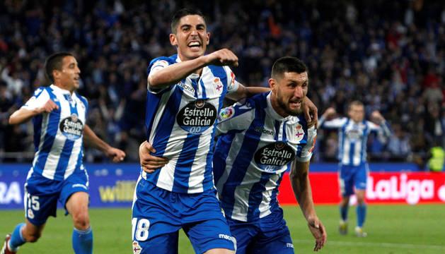 Carlos Fernández y Borja Valle celebran uno de los goles del Deportivo.