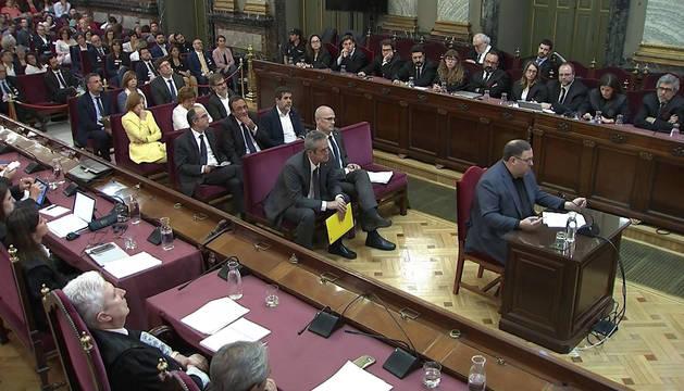 Imagen tomada de la señal institucional del Tribunal Supremo, del exvicepresidente de la Generalitat Oriol Junqueras, durante su turno de última palabra.