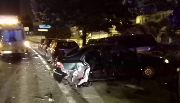 El coche, golpeado en la cuesta de la Avenida de Navarra en San Jorge.