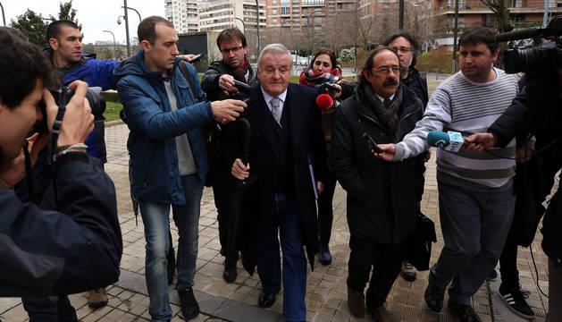 El expresidente de Osasuna Patxi Izco se dirige a la Audiencia en febrero de 2016, en una de las comparecencias judiciales a las que ha acudido en estos años.