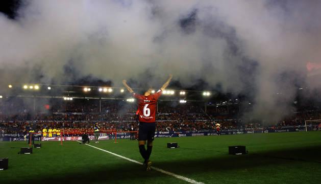Oier Sanjurjo salta al campo en la ceremonia de entrega del trofeo de campeón de Segunda la pasada semana.