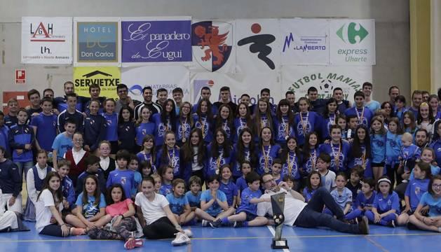 El equipo del Uharte infantil femenino comparten la Copa de campeonas de España con el resto de equipos de balonmano del club.