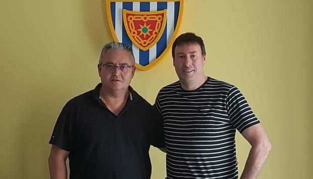 El presidente del Club Deportivo Izarra, Alfonso Canela, y el nuevo entrenador, Unai Jáuregui.