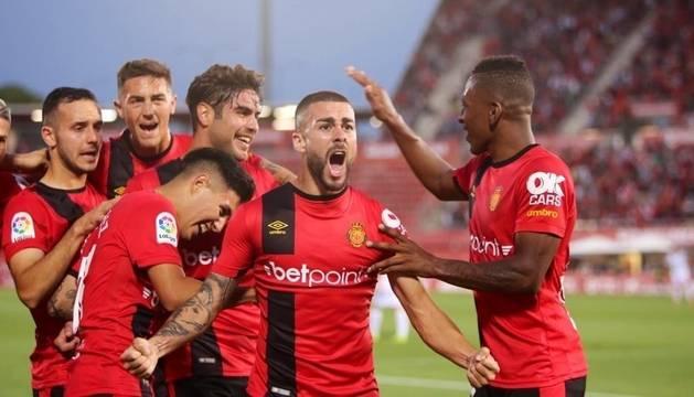 Los jugadores del Mallorca celebran el primer gol del partido.