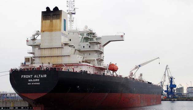 Foto del buque petrolero noruego Front Altair en el puerto de Muuga (Estonia), en una imagen de archivo.
