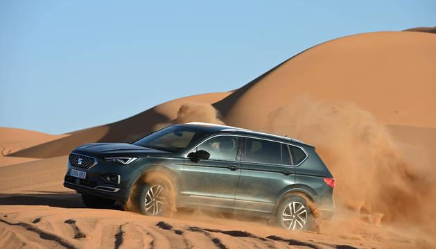 Foto del nuevo Seat Tarraco llega a lo alto de la duna. Subir en diagonal y con velocidad constante son claves para conseguirlo.