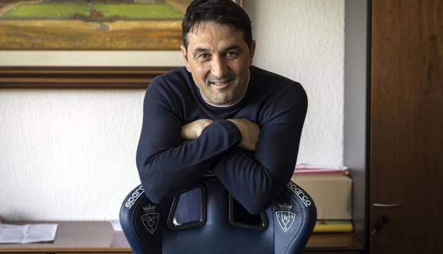 El director deportivo, Braulio Vázquez, posa en su despacho de las instalaciones de Tajonar, ayer antes de la entrevista.