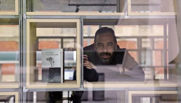 Carlos Bassas, posando junto a su última novela, Soledad. La anterior, Justo, está nominada al Premio Hammett 2019.