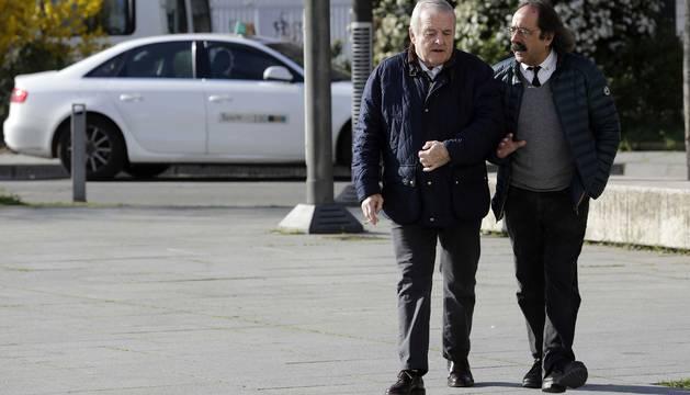 Patxi Izco y su abogado, Javier Asiáin, antes de entrar en la Audiencia Provincial de Navarra.