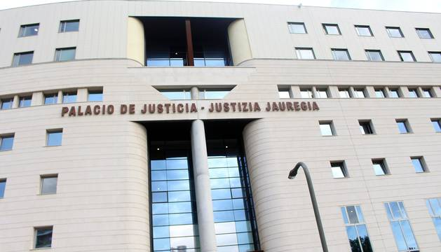 Cientos de personas se han concentrado este viernes a las puertas de la Audiencia Provincial de Navarra para apoyar a los cinco redactores y cinco tutores que han acudido a declarar sobre el programa Skolae y que han entrado a los juzgados entre aplausos y gritos de solidaridad.