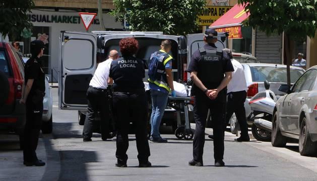 Foto de Operarios de la funeraria trasladan el cuerpo sin vida de una de las dos personas fallecidas,en Córdoba.