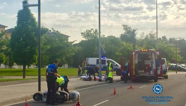 Agentes de Policía Municipal atienden a la motorista herida tras salirse de la vía en la calle Ramón Aguinaga.