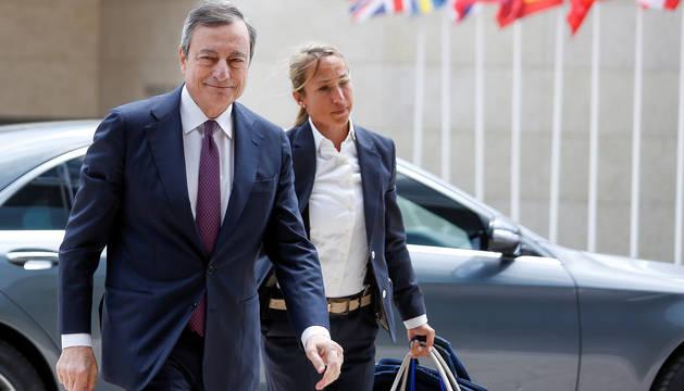 El presidente del Banco Central Europeo (BCE), Mario Draghi (i), a su llegada a la reunión de ministros de Economía y Finanzas de la eurozona.