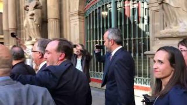 Salida de Enrique Maya del Ayuntamiento de Pamplona
