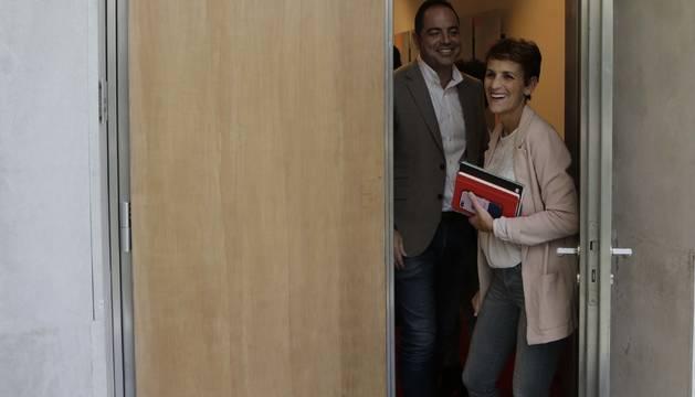 Los socialistas María Chivite y Ramón Alzórriz, sonrientes en el Parlamento.