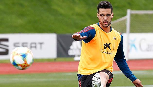 Mikel Merino, que está convocado con la selección española para el Europeo sub21, dispara a puerta.