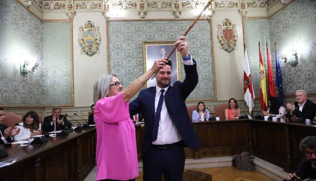 Alejandro Toquero recibe la vara de mando de manos de la edil más veterana,