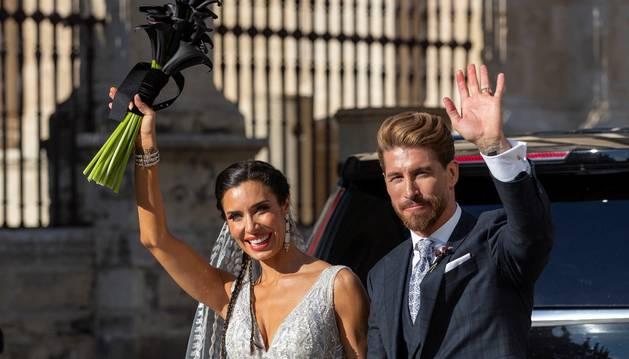 La presentadora Pilar Rubio y el futbolista Sergio Ramos, a la salida de la Catedral de Sevilla donde se ha celebrado este sábado su boda.