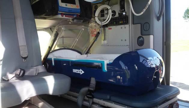 La incubadora, instalada en el interior del helicóptero medicalizado.