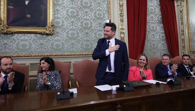 El pleno aplaude a Alejandro Toquero (Navarra Suma) tras ser nombrado nuevo alcalde de Tudela.