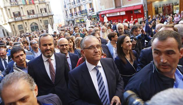Enrique Maya, tras ser elegido alcalde, camina por una concurrida Plaza Consistorial con el resto del grupo de Navarra Suma y cargos de la coalición.