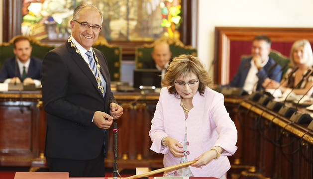 Enrique Maya, recién elegido alcalde, recibe la vara de mando de manos de la socialista Silvia Velasquez.
