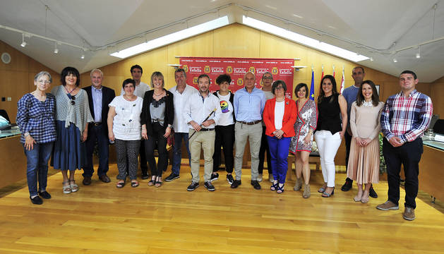 La nueva corporación municipal posa junto al nuevo alcalde, Jesús Arrizubieta, después de jurar el cargo.