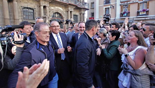 El nuevo alcalde de Pamplona, Enrique Maya, cruza la plaza del Ayuntamiento tras la elección.