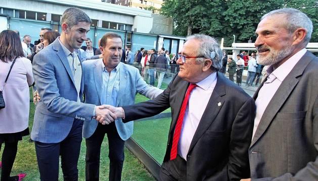 Alberto Undiano recibe el saludo de Luis Sabalza en presencia de Rafa del Amo.