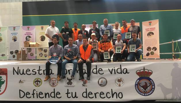 Foto de grupo de los premiados con el presidente de la Federación de Caza (en primera fila, primero por la dcha).