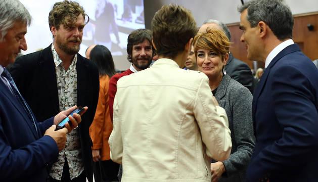 Foto de la socialista María Chivite (de espaldas), el pasado viernes en la UPNA, rodeada de Koldo Martínez (Geroa Bai), Maiorga Ramírez (Bildu), Mikel Buil (Podemos), Bakartxo Ruiz (Bildu) y Guzmán Garmendia (PSN).